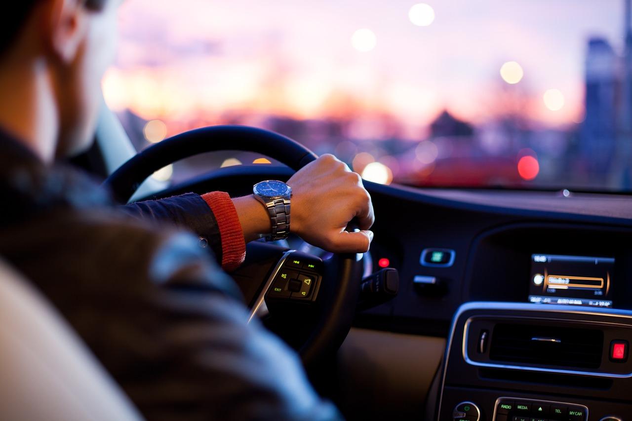 Dywaniki samochodowe: gumowe czy welurowe?